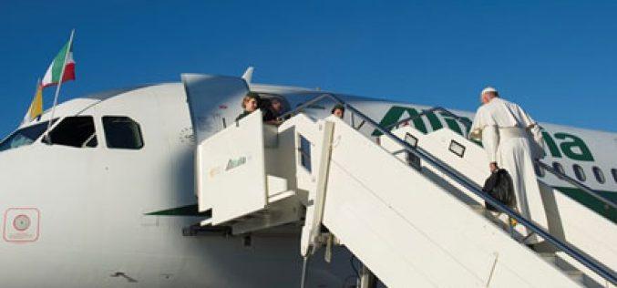 Папата разговара со новинарите во авионот на летот за Шведска