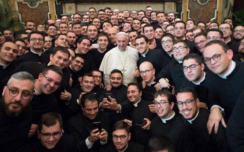 """Папата ги повика семинаристите да промовираат """"припадност"""""""