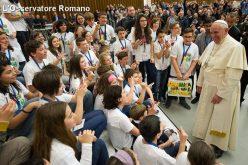 Папата до младите: Негувајте однос со своите дедовци и баби