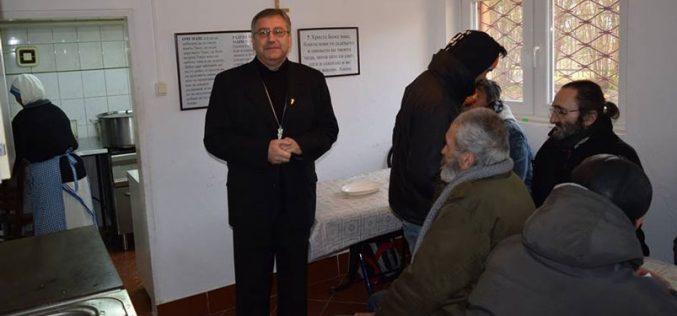 Бискупот Стојанов меѓу корисниците на народната кујна