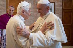 Папата Фрањо му го честиташе Божиќ на почесниот папа Бенедикт XVI