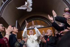 Преку твитер порака папата Фрањо повика на ненасилство