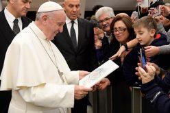 Папата ги прими жителите  беа погодени од земјотрес