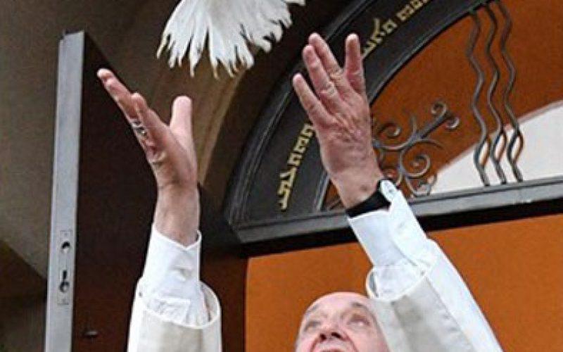 Преку Твитер Папата упати пораки за мир