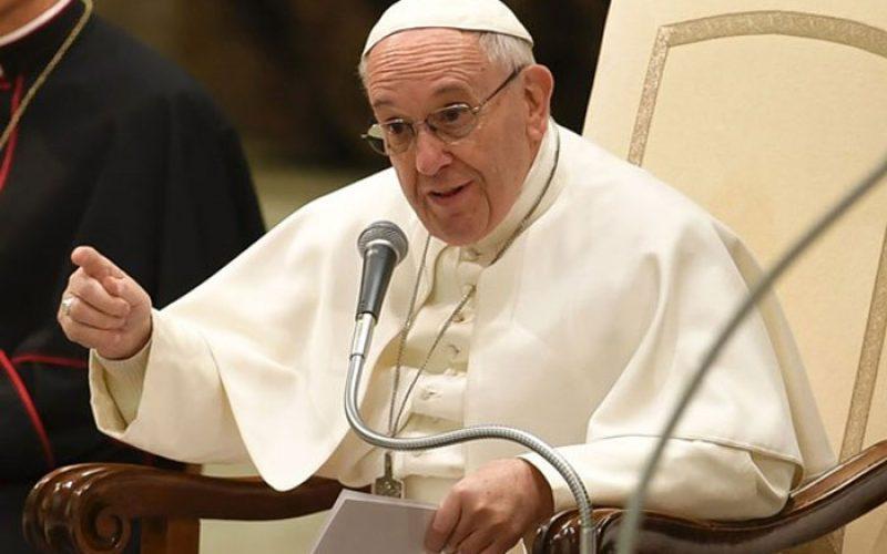 """Папата: Треба да научиме да """"сочувствуваме"""" со оние кои трпат"""