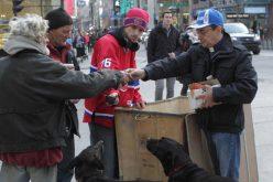 Од бездомник до свештеник: Сега повторно е со бездомниците на улица