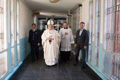 Папата до затворениците: Никогаш немојте да го потиснете светлото на надежта во себе