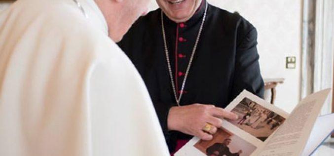 """Биксупот Стојанов на папата Фрањо му ја подари монографијата """"Денови на света Мајка Тереза"""""""