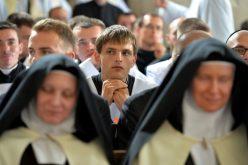 Папата повика да се моли за посветените лица