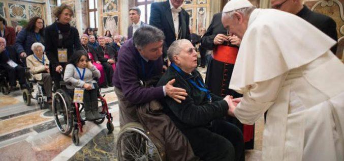 Папата зборуваше за светлината и сенките во здравството