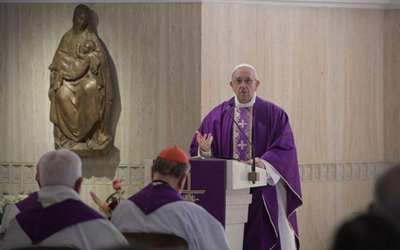 Папата: Опасно е да се затвориш во свој свет