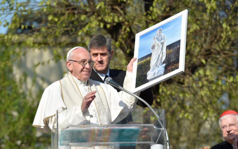 Папата: Свештениците се во служба на народот