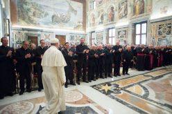 Папата до свештениците: Бидете слободни деца Божји