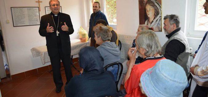 Средба на бискупот Стојанов со корисниците на народната кујна