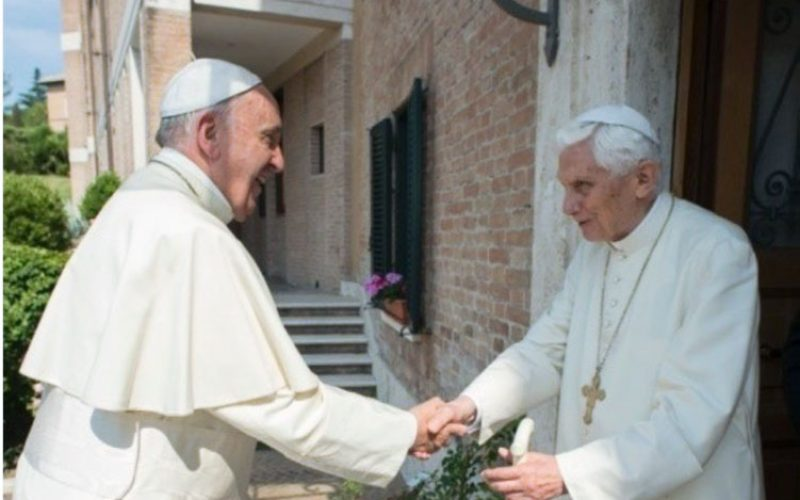 Папата Фрањо се сретна со почесниот Папата Бенедикт XVI