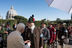 Почесниот Папа го прослави својот 90 роденден