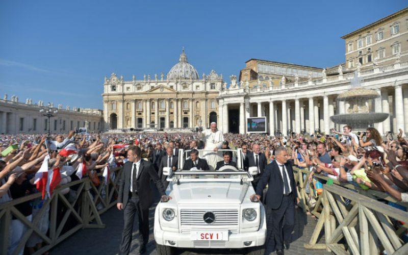 Папата: По пат на дијалог да изградиме мир