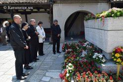 Бискупот Стојанов на гробот на синот на Католичката Црква – Гоце Делчев
