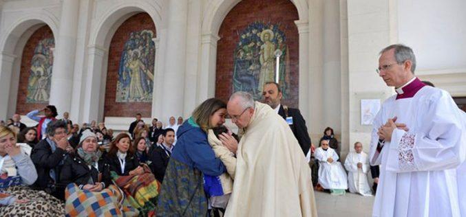 Папата до болните: Вашиот живот е дар за Црквата