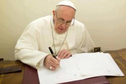 Папата му честиташе на Емануел Макрон