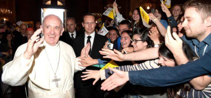 Папата до младите: Да не бидете туристи во животот