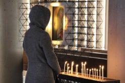 Како да ги контролираме мислите за време на молитвата