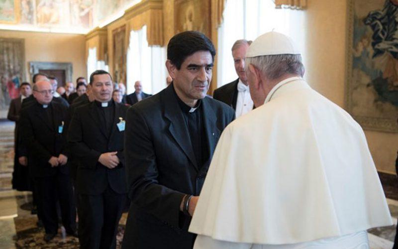 Папата до свештениците: Молете неуморно