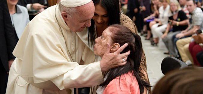 Пред аудиенцијата Папата ги посети болните