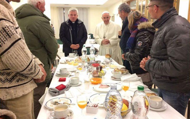 Папата покани 500 сиромашни луѓе на ручок