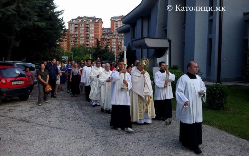 Во Скопската катедрала прославен празникот на Евхаристијата