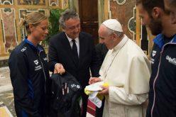 Папата до пливачите: Водата е живот, не дозволувајте да се загади