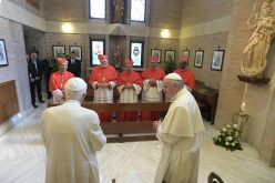Средба на двајца Папи и пет кардинали