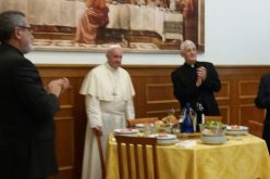 Папата ги посети собраќата во Рим