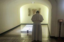 Папата Фрањо молеше на гробот на папата Павле VI
