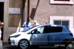 Папата ненадејно се појави на улица