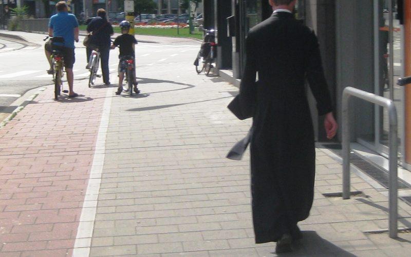 Зошто свештениците носат црна облека?