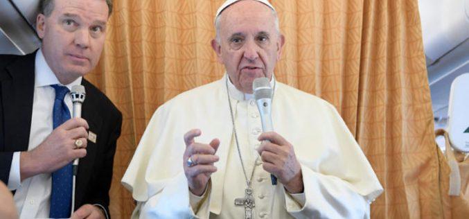 Папата ги повика новинарите да молат за него