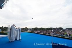 """Папата ја осуди """"густата темнина"""" која ѝ се заканува на Колумбија"""