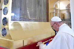 Папата пред иконата Дева Марија на Бројаницата од Чикинкира