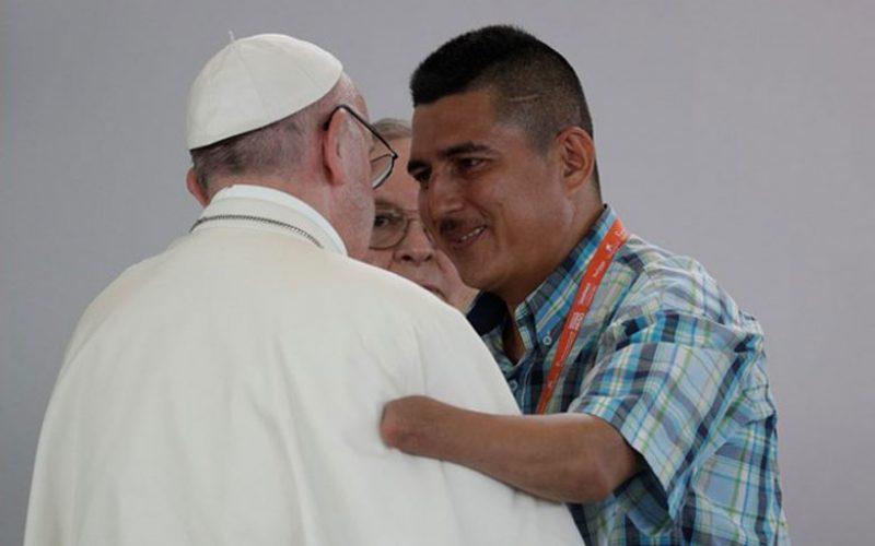 Папата на Твитер за важноста на помирувањето и вистината
