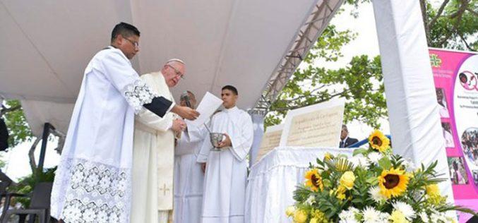 Папата благослови камен темелници на каритативни домови