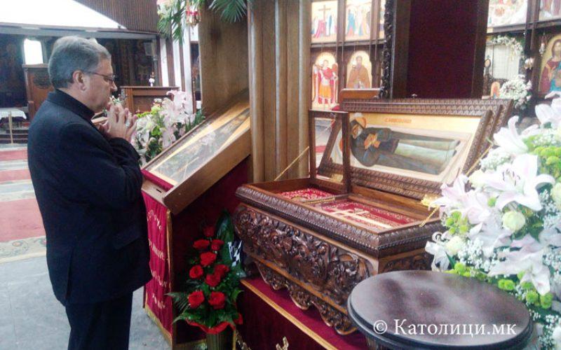 Бискупот Стојанов се помоли пред моштите на свети Јоаникиј Ракотински