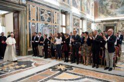 Папата: Никогаш не робуваjте на парите