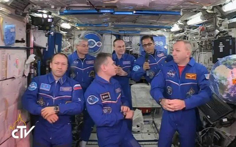 Папата разговараше со астронаути од Вселенска станица