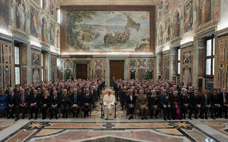 Папата инсистира да се штити човековото достоинство
