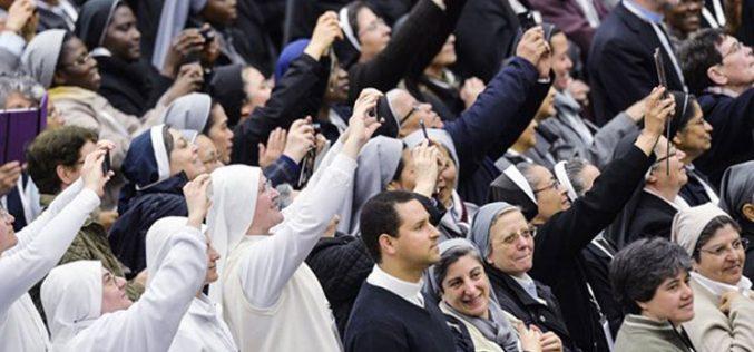 Папата ги повика световните институти да не се изолираат