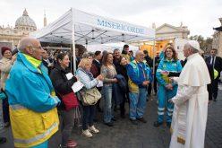 Папата го посети медицинскиот пункт за сиромашни