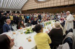 Папата ручеше со 1500 сиромашни и луѓе во потреба