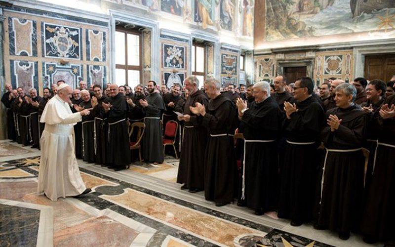 """Папата до фрањевците: Прегрнете ги """"малите"""" во нашето време"""