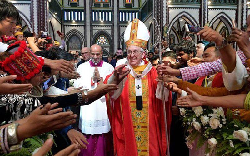 Папата до младите во Мјанмар: Не плашете се да верувате